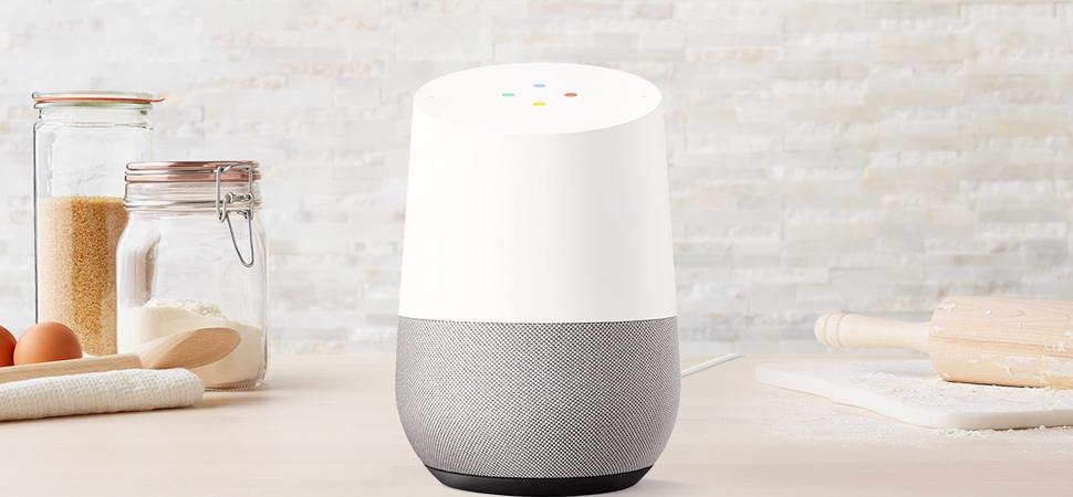 厨房桌子上摆着一台 Google Home。